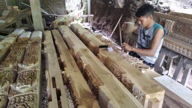 Pemuda Jepara sedang membuat seni ukir gebyok.